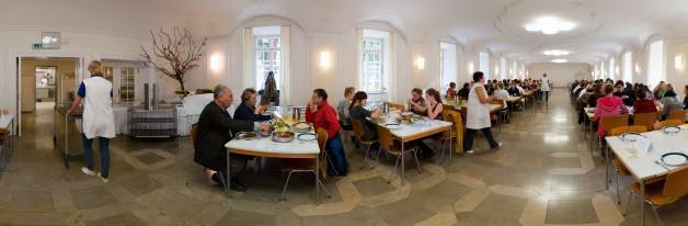 Mittagessen im Speisesaal