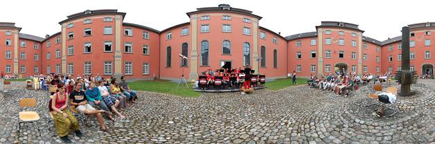 Der Innnhof des roten Gebäudes