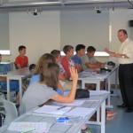 Herr Bürkle in angeregtem Gespräch mit den Schülern.