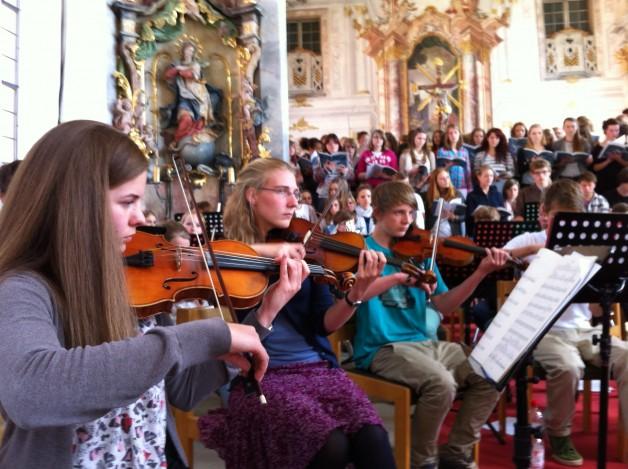 Chor und Orchester des Meersburger Musikgymnasiums bereiten sich auf das Schulkonzert vor, das am 24. Mai um 19.30 Uhr in der Katholischen Pfarrkirche Meersburg stattfindet.